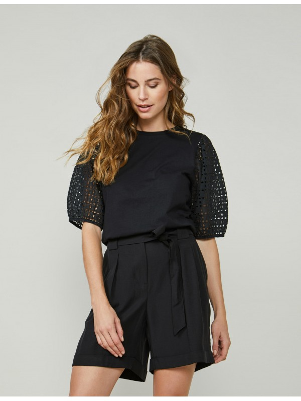 Top puff sleeve broderie...